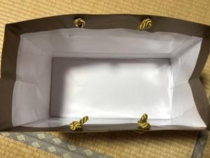 小型の美容機器 十分に梱包 デパートの紙袋利用